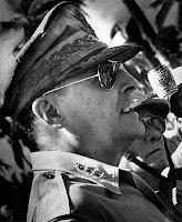 General Douglas MacArthur usando Ray-Ban